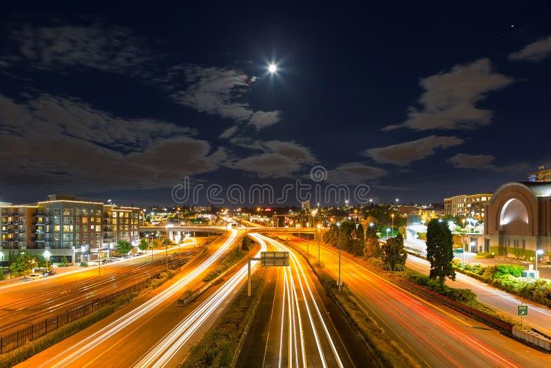 Maan over Snelweg in Tacoma Washington stock foto