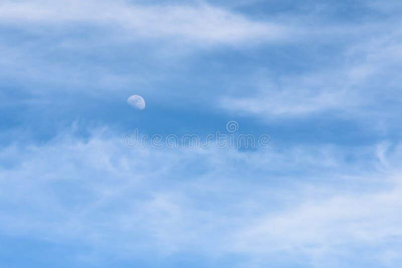 Maan Zichtbaar in Daglicht Blauwe Hemel met Witte Wolken royalty-vrije stock afbeeldingen