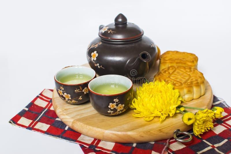 Maancake en thee voor Chinees medio de herfstfestival Geïsoleerd op wit De ruimte van het exemplaar royalty-vrije stock foto