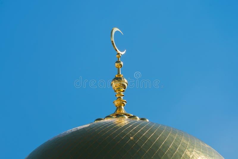 Maand op de koepel van de moskee stock foto's