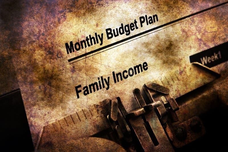 Maandelijks begrotingsplan op schrijfmachine royalty-vrije stock afbeelding