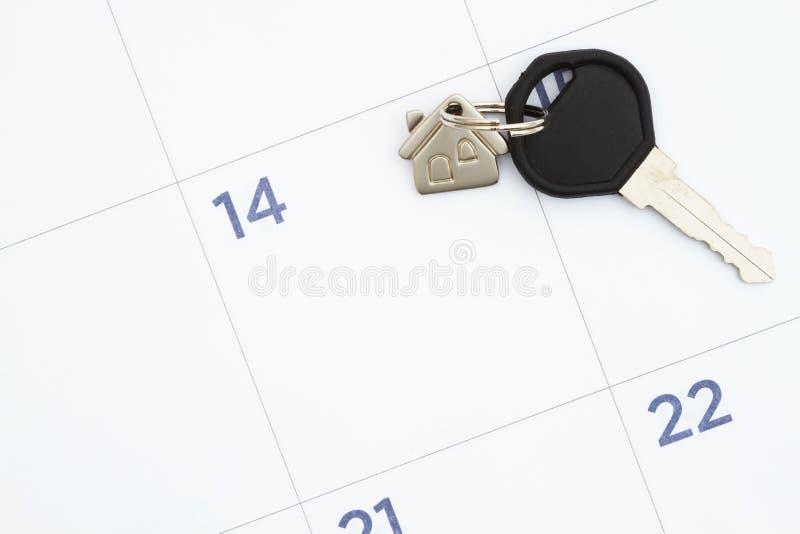 Maandelijkse kalender met huissleutels stock afbeelding