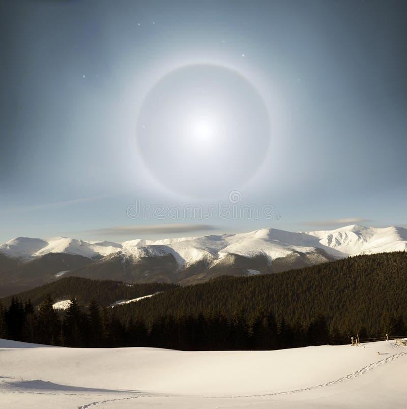 Maanhalo in de Alpen royalty-vrije stock foto