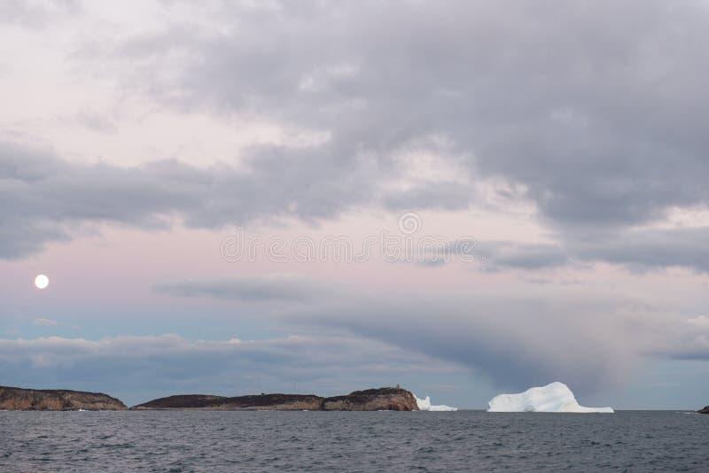 Maanijsbergen en dramatisch hemel oceaanlandschap royalty-vrije stock foto