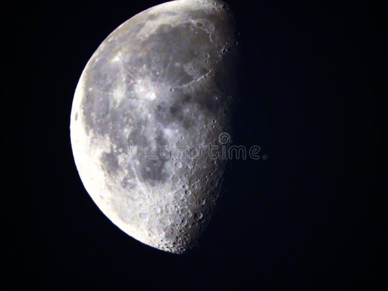 Maankraters zichtbaar tijdens afnemende gibbous fase stock afbeeldingen