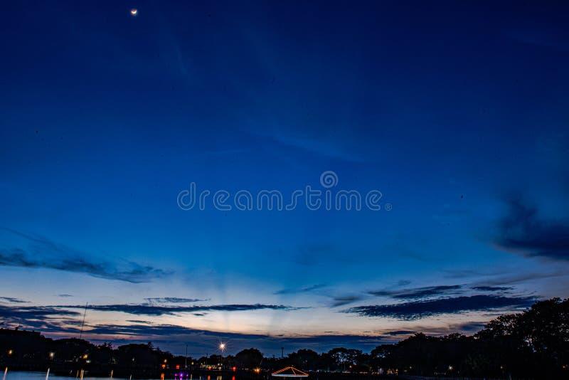 Maanlicht, blauw, zon weerspiegelde wolken royalty-vrije stock foto