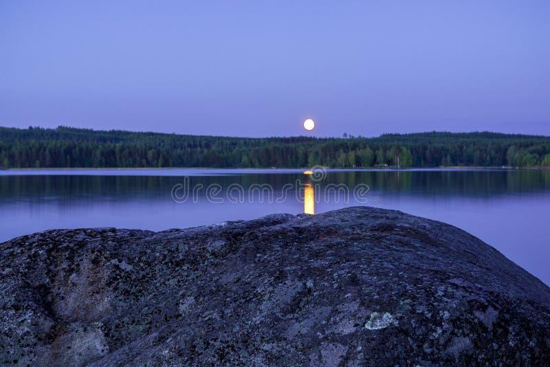 Maanlicht door het meer royalty-vrije stock fotografie