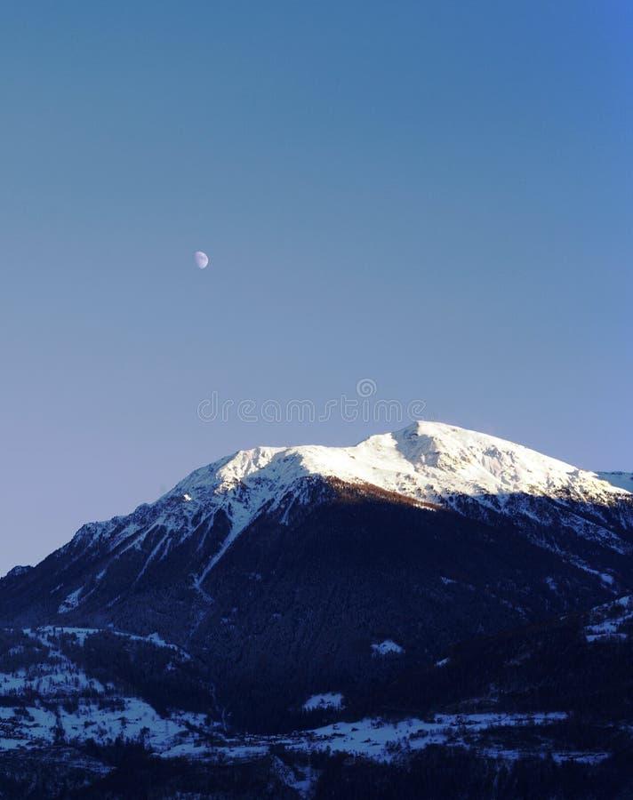 Maanlicht en berg stock foto