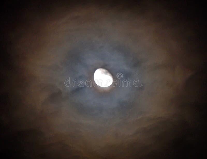 Maanlicht en Halo in bewolkte hemel royalty-vrije stock afbeeldingen