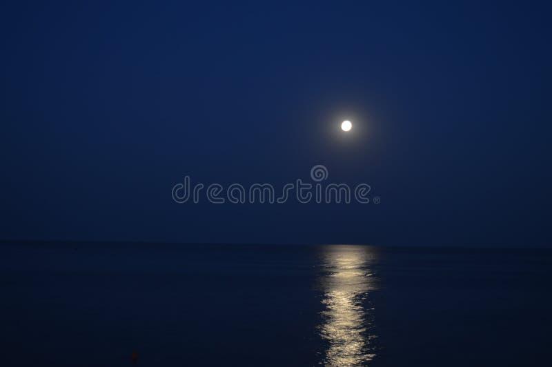 Maanlicht op het overzees stock afbeelding