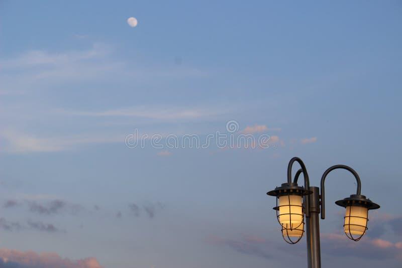 Maanlichtstraatlantaarn stock foto's