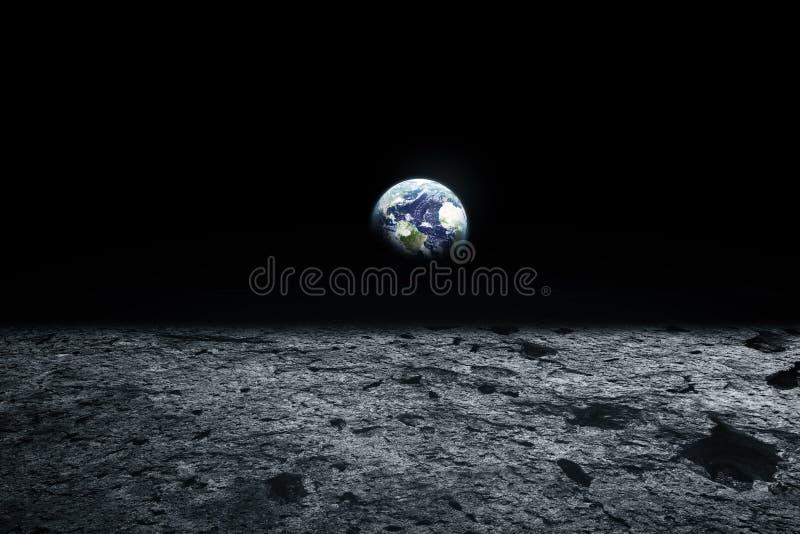 Maanoppervlakte en Aarde op de horizon Ruimtekunstfantasie zwart royalty-vrije stock afbeeldingen