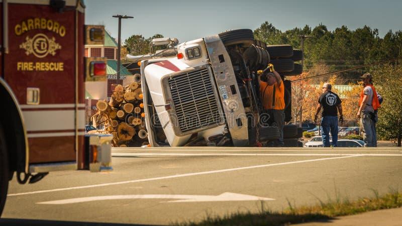 10 maart, 2017: Carrboro, NC-ons-Mens die aan ten val gebrachte het registreren vrachtwagen werken royalty-vrije stock foto's
