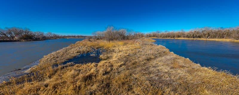 8 MAART, 2017 - Groot Eiland, de RIVIER van Nebraska - PLATTE, VERENIGDE STATEN - landschap van Platte Rivier, Midwesten stock afbeeldingen