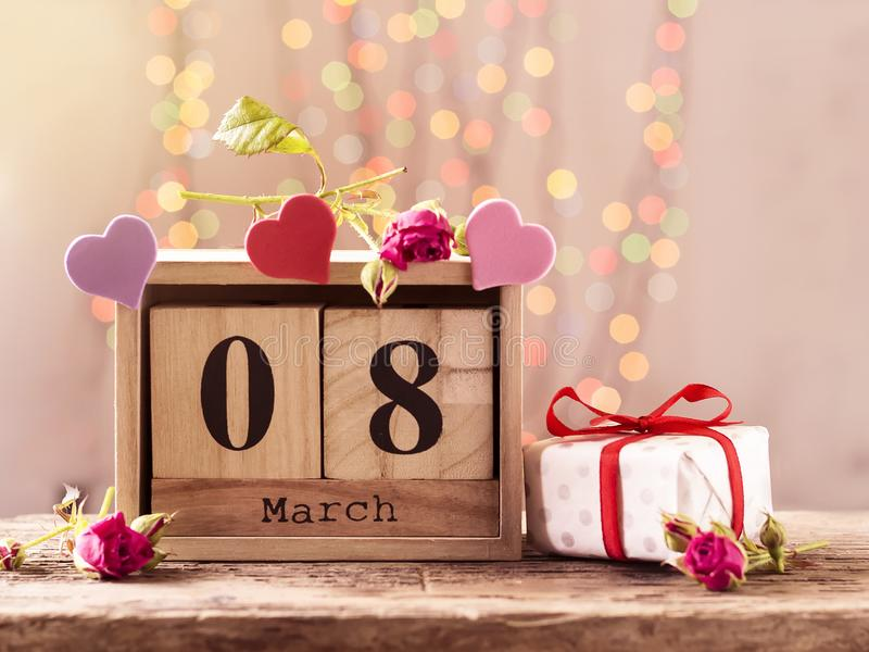 8 maart, houten kalender, gelukkige vrouwen` s dag stock afbeelding