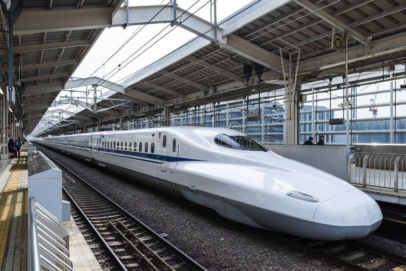 29 maart, 2019 - Kyoto, Japan: N700 Reeks Shinkansen die een einde maken bij een post, Japan royalty-vrije stock fotografie