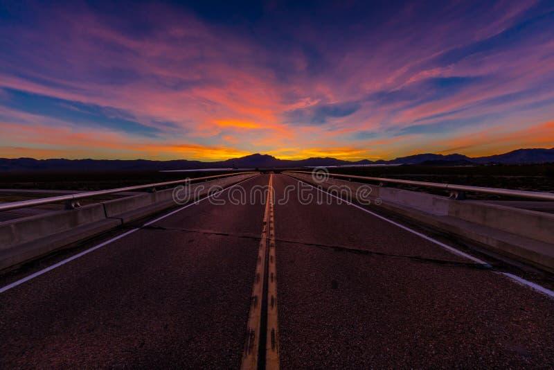 12 MAART, 2017, LAS VEGAS, NV - Wegviaduct boven 15 Tusen staten, zuiden van Las Vegas, Nevada bij zonsondergang met yellowline royalty-vrije stock foto