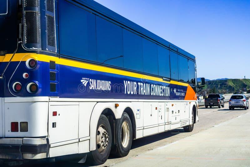 16 maart, 2019 Los Angeles/CA/de V.S. - de bus-brug van Amtrak het Vreedzame Surfliner de dienst drijven op de snelweg stock foto's