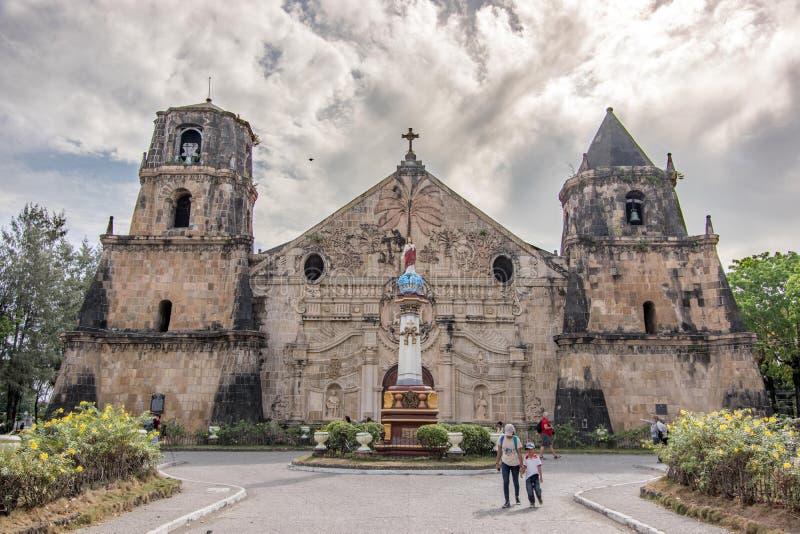 Maart 11.2018 Mensen die rond Miagao-Kerk bij Iloilo-stad wekken royalty-vrije stock foto's