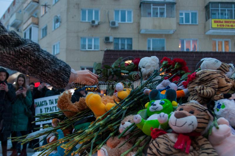 27 Maart 2018, RUSLAND, VORONEZH: De actie van het herdenken van de slachtoffers van de brand in het winkelcentrum in Kemerovo stock foto's
