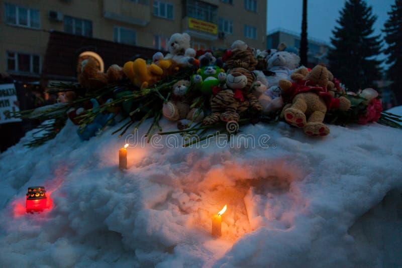 27 Maart 2018, RUSLAND, VORONEZH: De actie van het herdenken van de slachtoffers van de brand in het winkelcentrum in Kemerovo royalty-vrije stock afbeeldingen