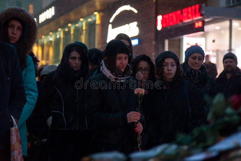 27 Maart 2018, RUSLAND, VORONEZH: De actie van het herdenken van de slachtoffers van de brand in het winkelcentrum in Kemerovo stock afbeelding