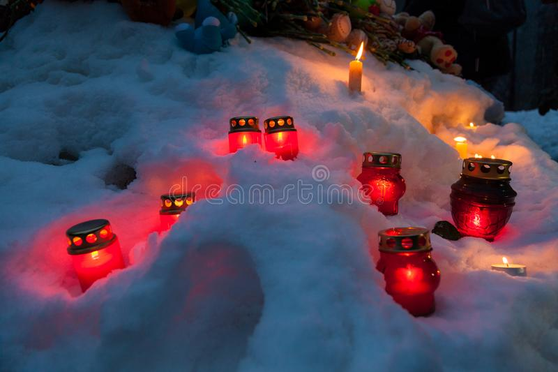 27 Maart 2018, RUSLAND, VORONEZH: De actie van het herdenken van de slachtoffers van de brand in het winkelcentrum in Kemerovo royalty-vrije stock foto's