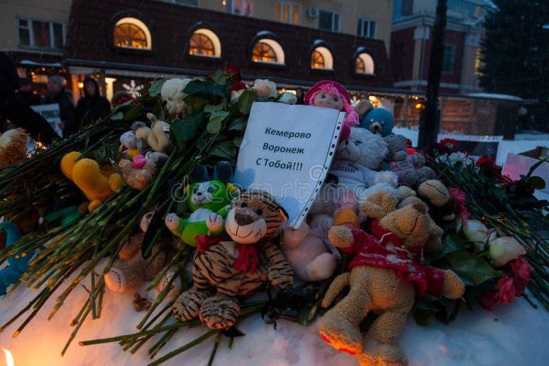 27 Maart 2018, RUSLAND, VORONEZH: De actie van het herdenken van de slachtoffers van de brand in het winkelcentrum in Kemerovo stock afbeeldingen