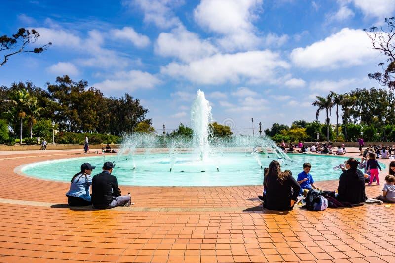19 maart, 2019 San Diego/CA/de V.S. - Mensen die een rond waterval in Balboapark zitten stock fotografie