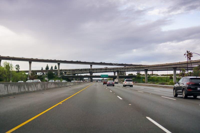20 maart, 2017 - San Jose/CA/USA - Snelweguitwisseling op een bewolkte dag royalty-vrije stock foto's