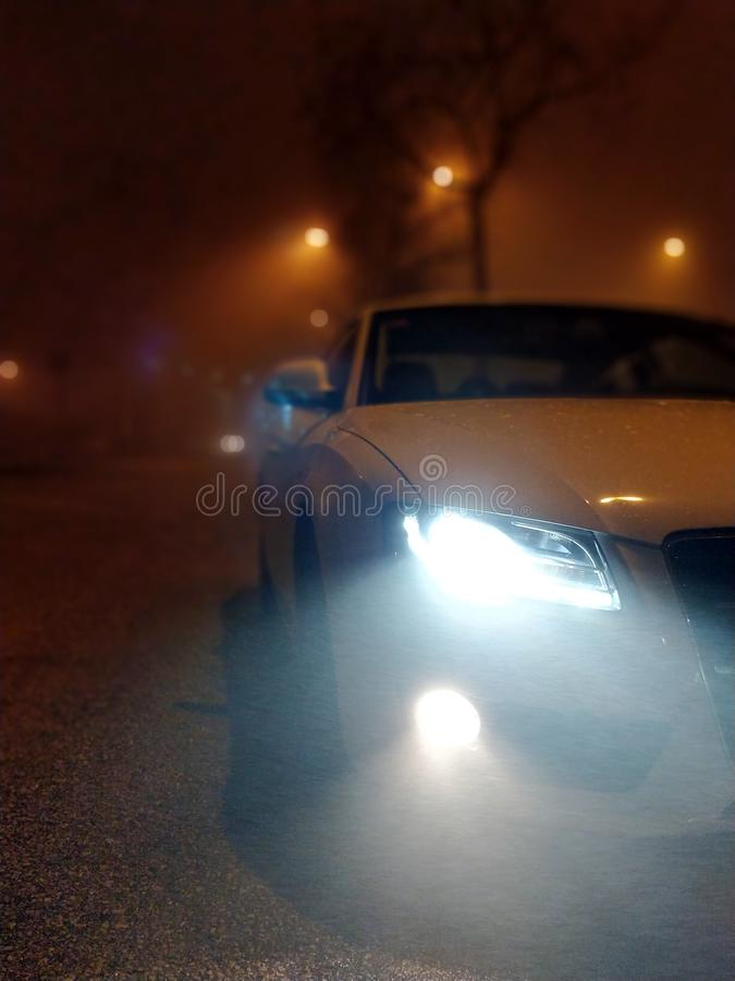1 maart, 2018 - Terrassa, SPANJE - Witte autovoorzijde schoot bij nacht met mist royalty-vrije stock afbeeldingen