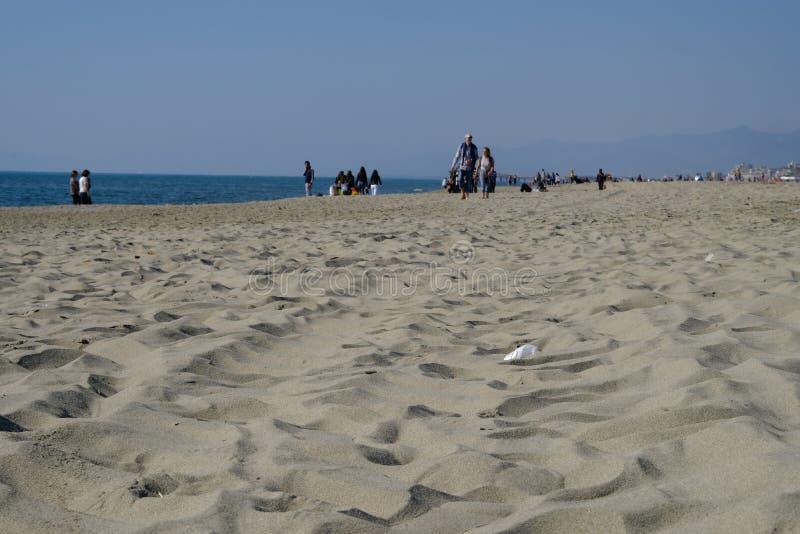 2019 25 Maart, Viareggio, Italië - Sunny Sunday op het strand van Viareggio in Toscanië Bathhouses zijn nog gesloten voor laag royalty-vrije stock fotografie