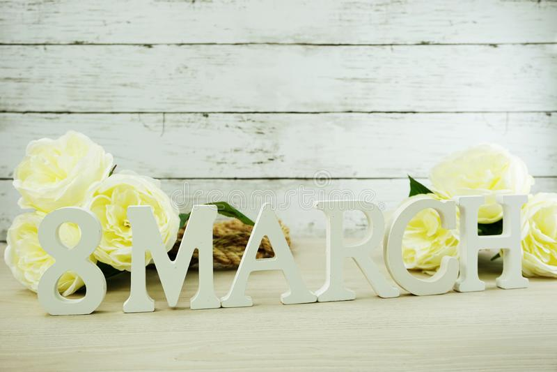 Maart-vrouwen` s dag met de lentebloemen op houten achtergrond royalty-vrije stock foto