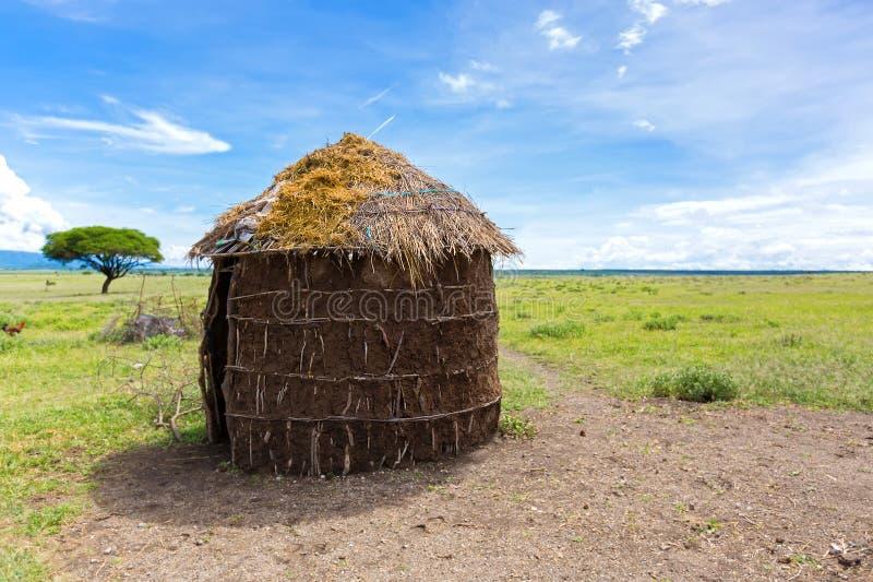 Maasai 's避难所,妇女做的圆形状的茅草屋顶房子在坦桑尼亚,东非 免版税库存照片