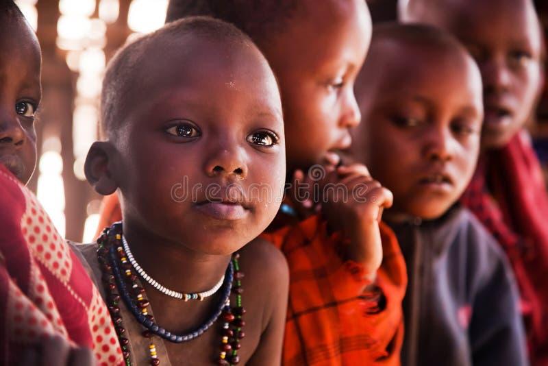 Maasai barn skolar in i Tanzania, Afrika arkivfoton