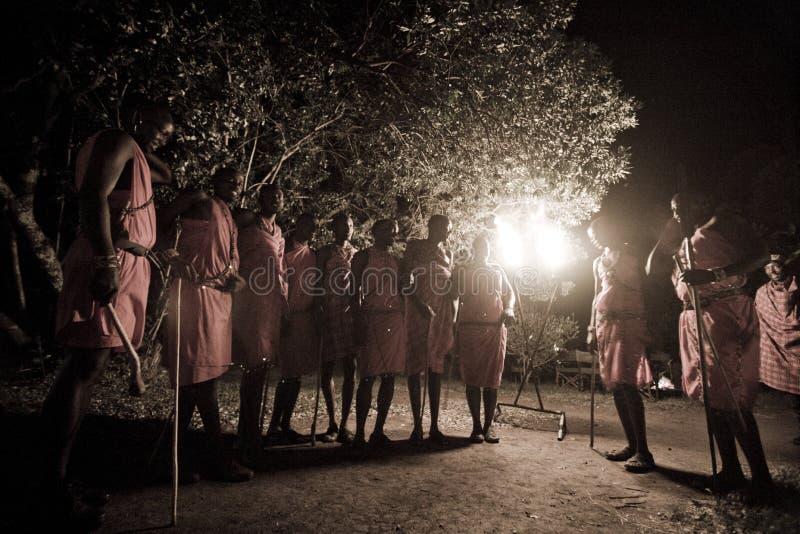 Maasai dança tribal à noite fotografia de stock royalty free
