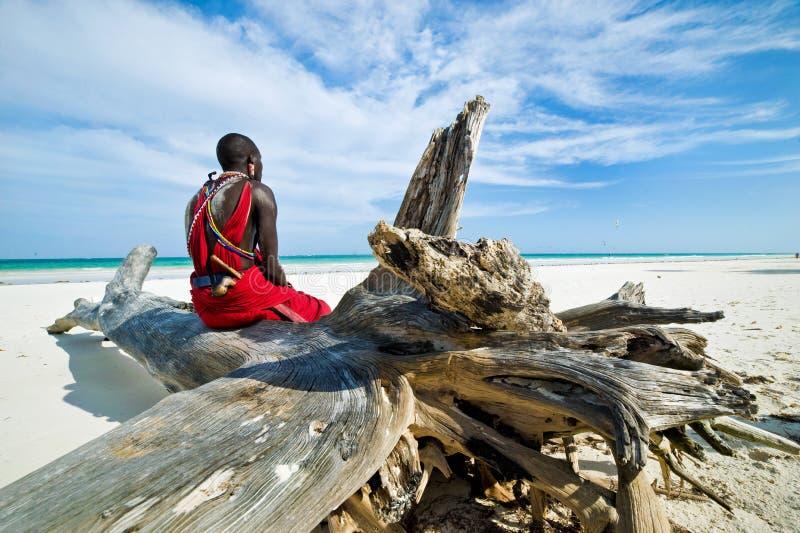 Maasai, das durch den Ozean sitzt lizenzfreie stockfotos