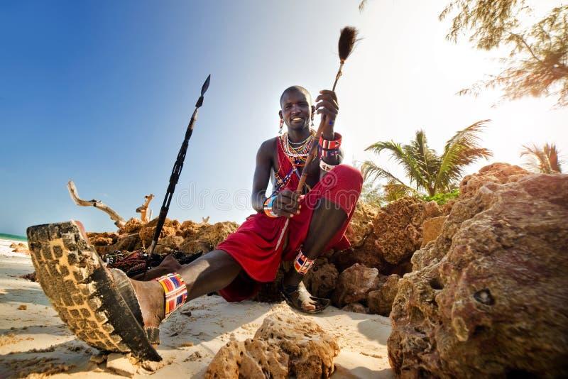 Maasai, das durch den Ozean sitzt lizenzfreies stockbild
