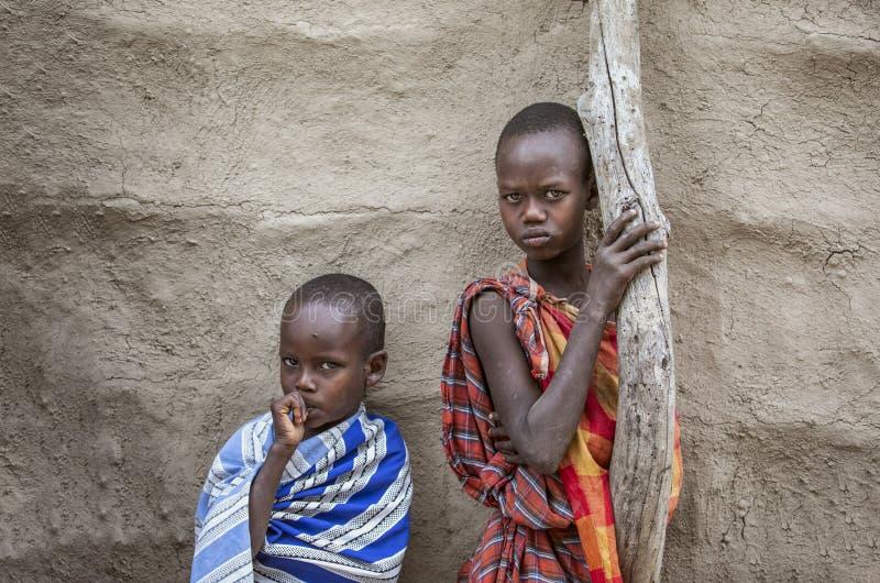 Maasai-Kinder, die ihr Haus bereitstehen stockbilder