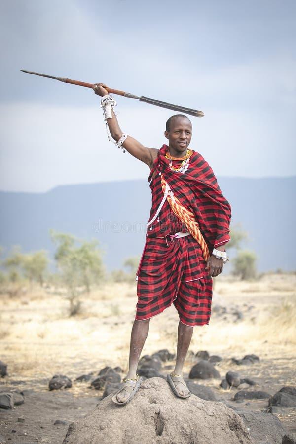Maasai-krijger in een landschap in het noorden van Tanzaniaanse savanne stock foto
