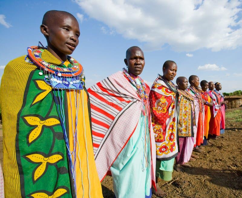 Maasai kvinnor som sjunger tillsammans rituella sånger i traditionell klänning royaltyfria bilder