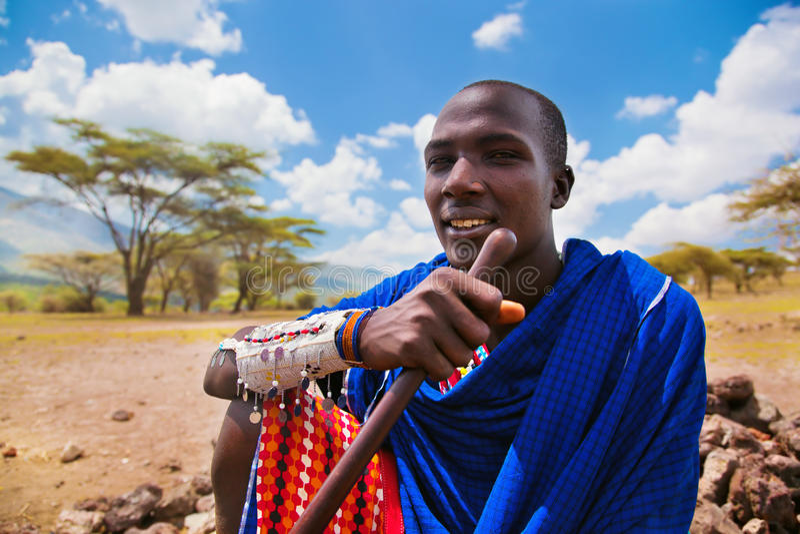 Maasai manstående i Tanzania, Afrika arkivfoto