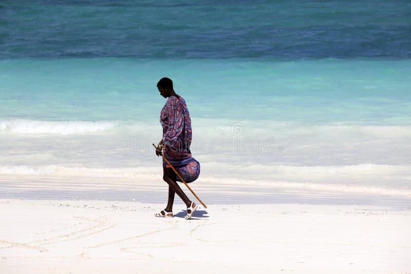 Maasai på stranden arkivbild