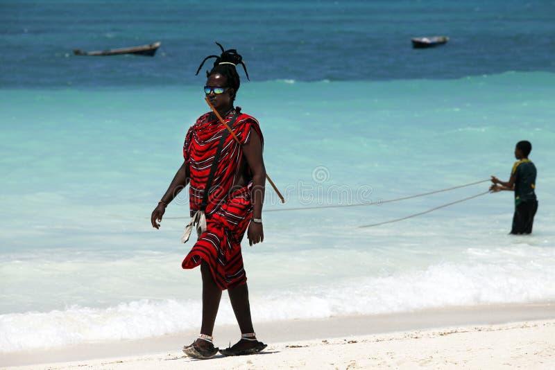 Maasai på stranden arkivfoton