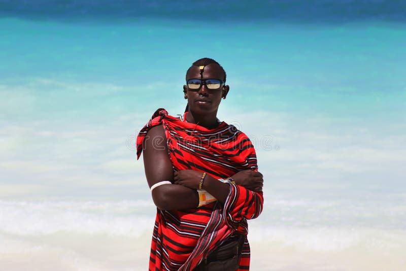 Maasai på stranden royaltyfria bilder