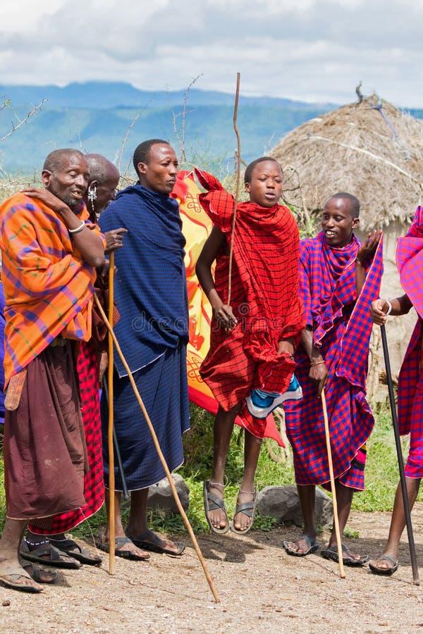 Maasaimensen die de springende dans van traditiemasai uitvoeren bij dorp in Arusha, Tanzania, Oost-Afrika stock afbeelding