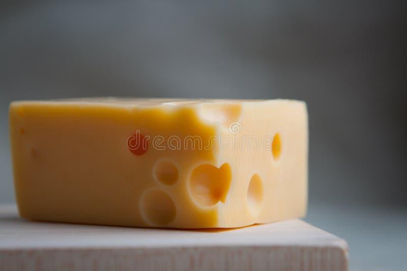 maasdam乳酪三角片断与孔的在一个木板的土气样式服务 关闭 Eco食物,膳食,午餐概念 库存图片