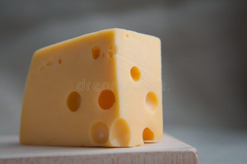 maasdam乳酪片断与孔的在一个木板的土气样式服务 关闭 Eco食物,膳食,午餐概念 免版税图库摄影