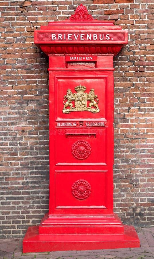 Maassluis, holandie, Luty 11, 2018: Rocznik Holenderska czerwona skrzynka pocztowa fotografia stock