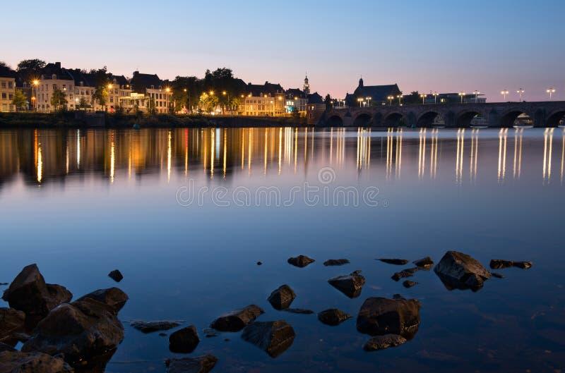 Maastricht à travers la rivière par nuit photo libre de droits